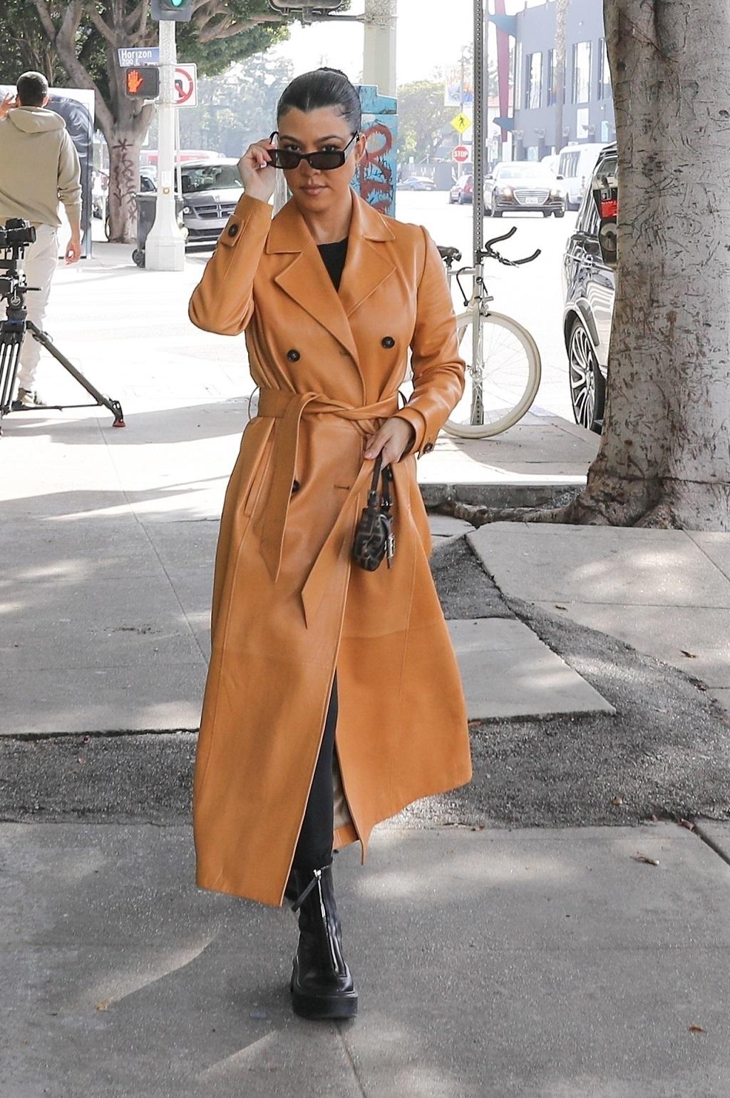 Kourtney Kardashian w skórzanym płaszczu