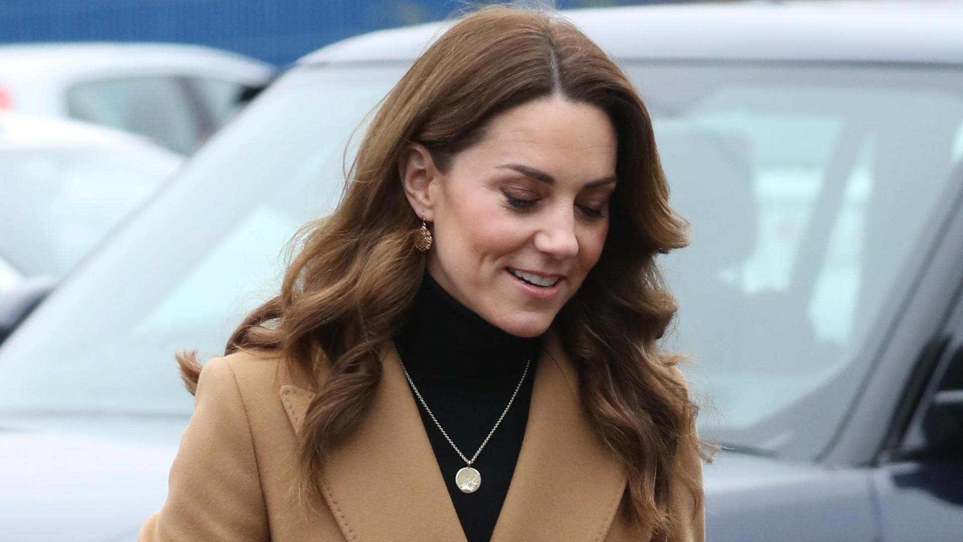 Księżna Kate w płaszczu i spódnicy z Zary, które NATYCHMIAST będziesz chciała mieć w swojej szafie! (ZDJĘCIA)