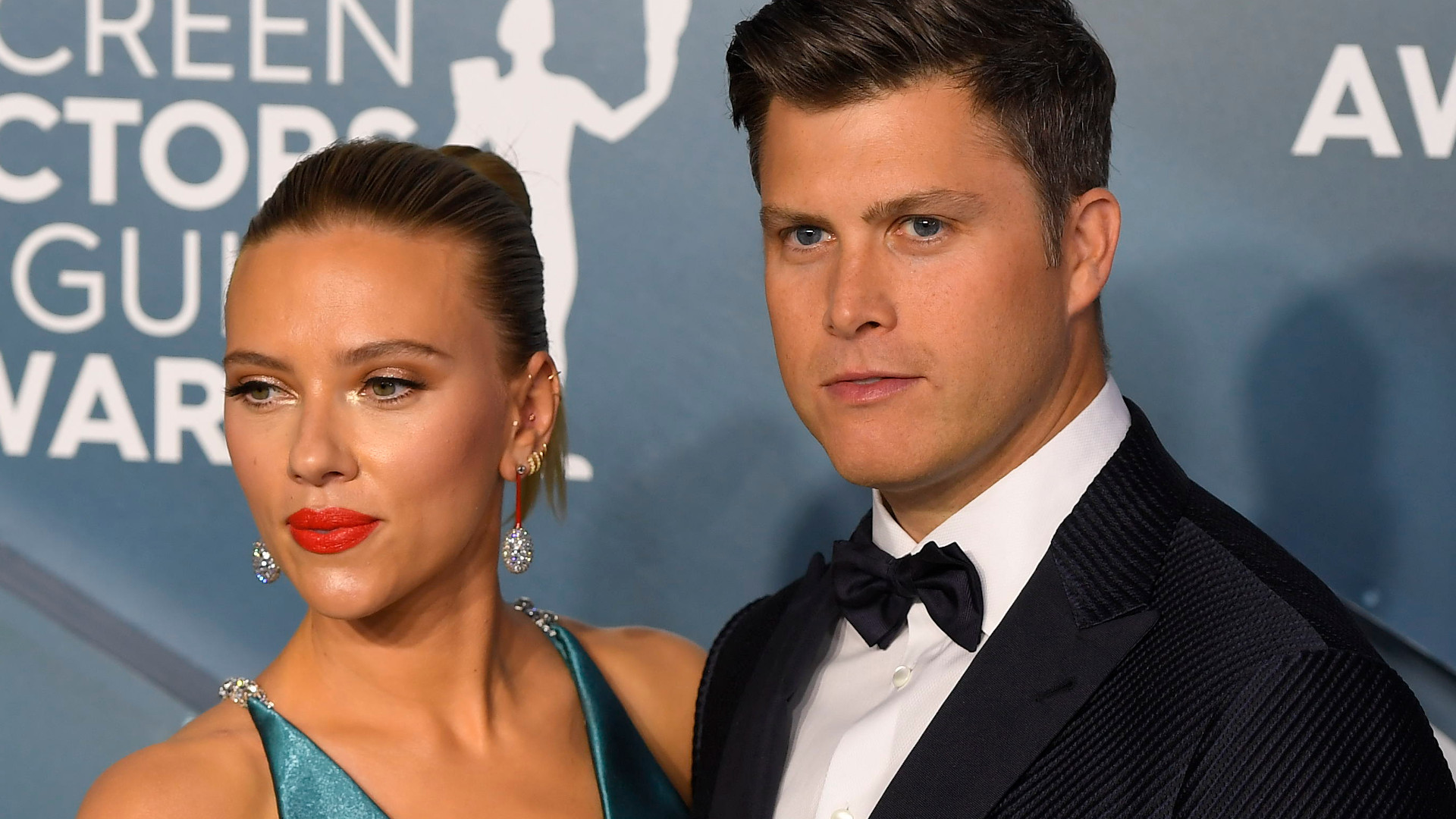 Scarlett Johansson z dekoltem do PĘPKA! Przyszła na galę z narzeczonym (ZDJĘCIA)