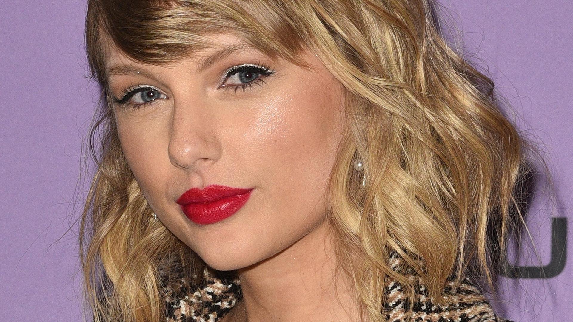 Spójrzcie na BIUST Taylor Swift w tej stylizacji! Pojawiła się na premierze filmu dokumentalnego o sobie (ZDJĘCIA)