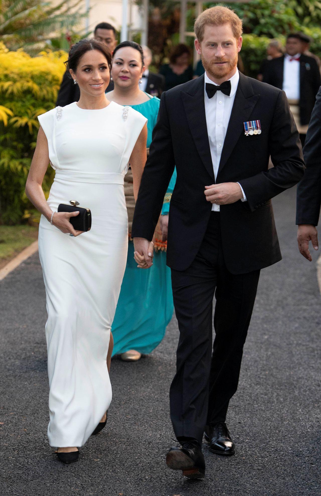 Meghan Markle i Harry w eleganckich strojach.