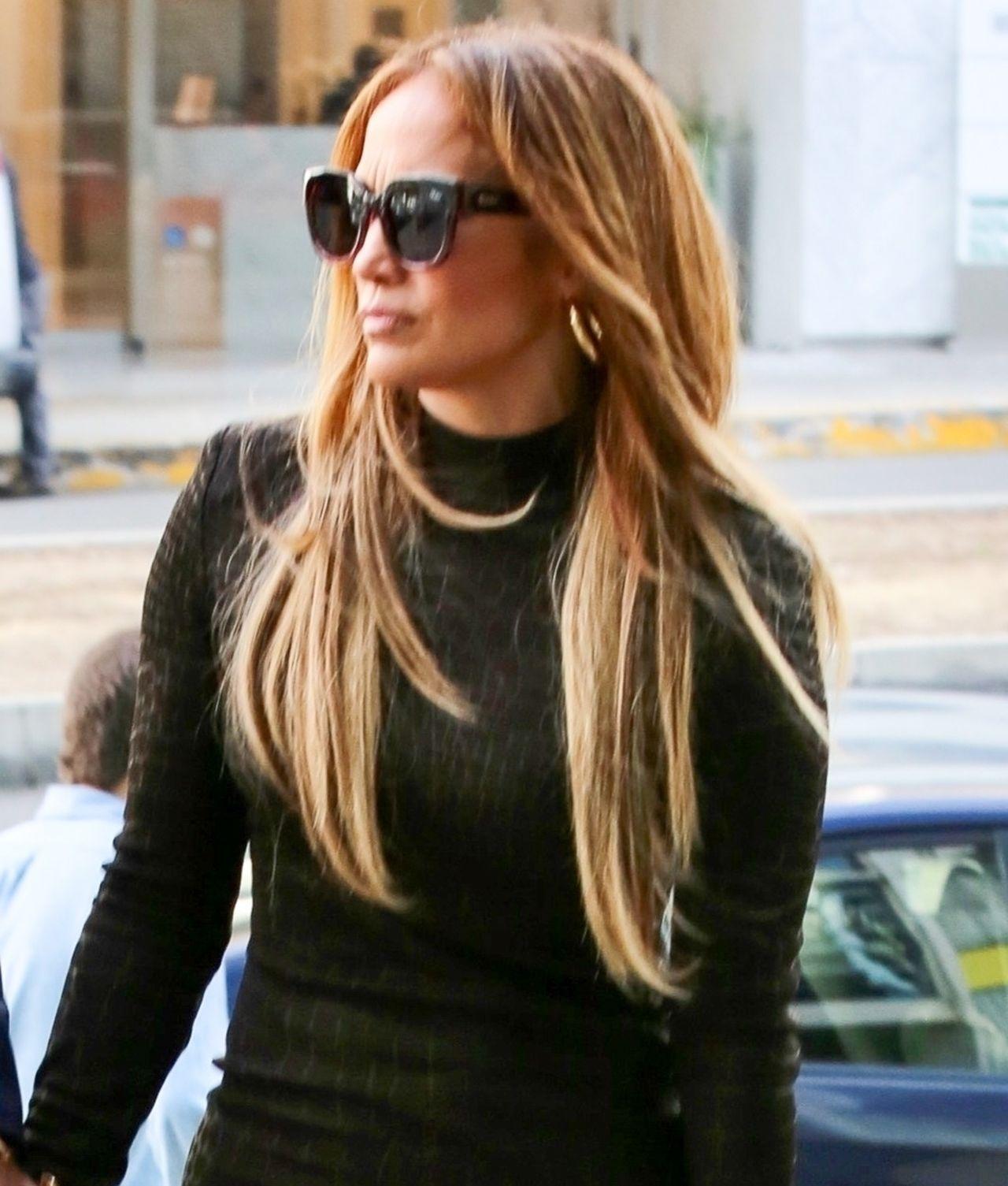 Jennifer Lopez w obcisłej mini sukience.