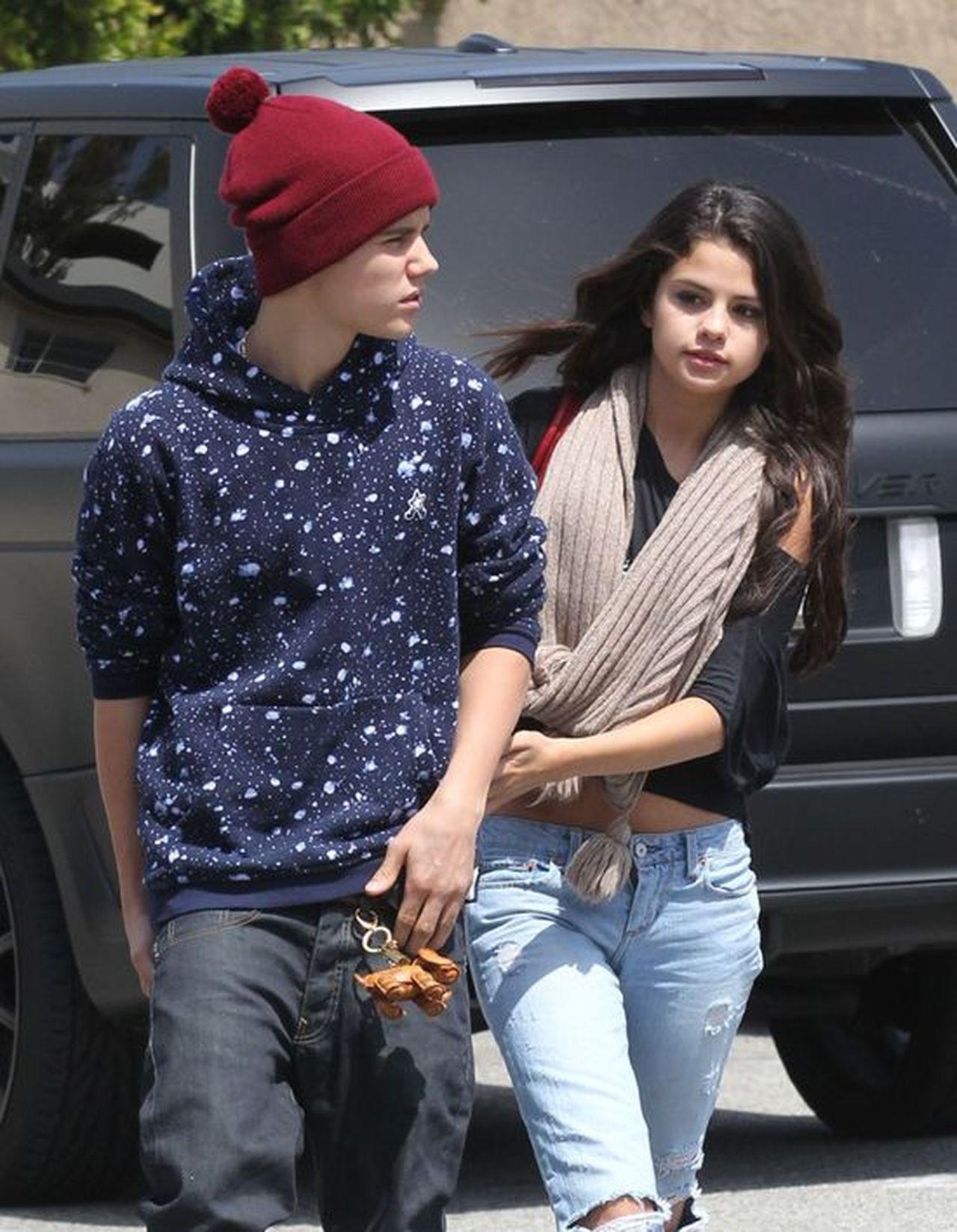 Justin Bieber idzie po ulicy z Seleną Gomez