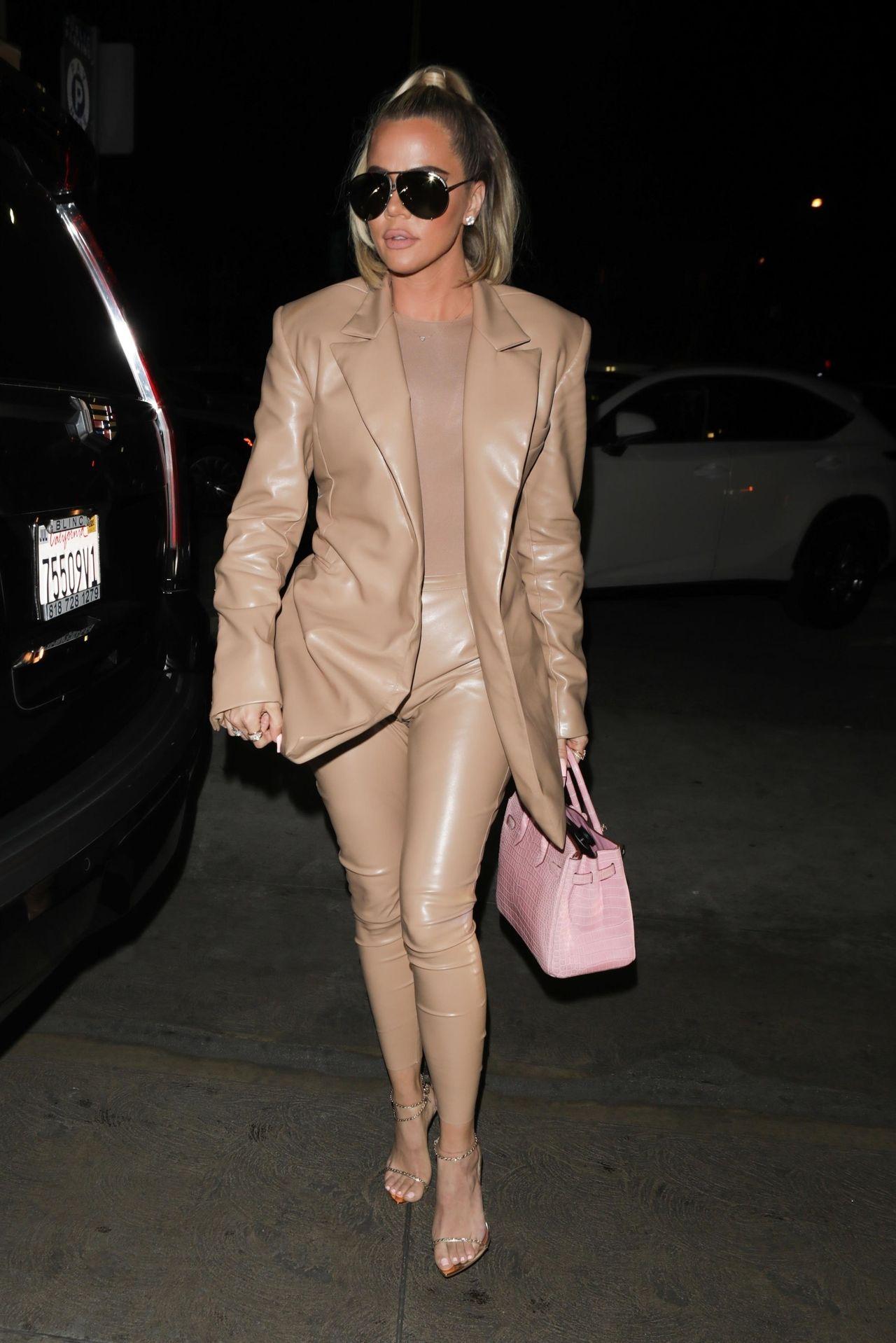Khloe Kardashian w skórzanym zestawie, podkreśliła szczupłą sylwetkę.
