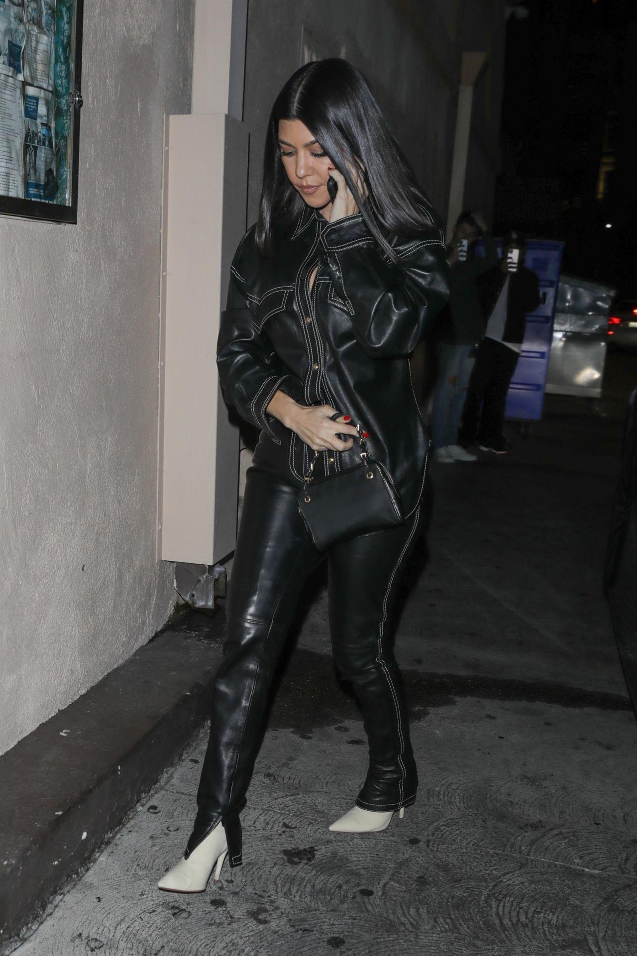Kourtney Kardashian w czarnej stylizacji.