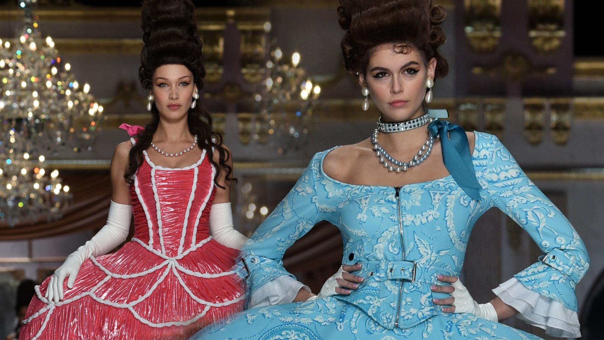 Bella i Gigi Hadidi, Kaia Gerber w NIETYPOWYCH kreacjach i fryzurach na pokazie Moschino (ZDJĘCIA)