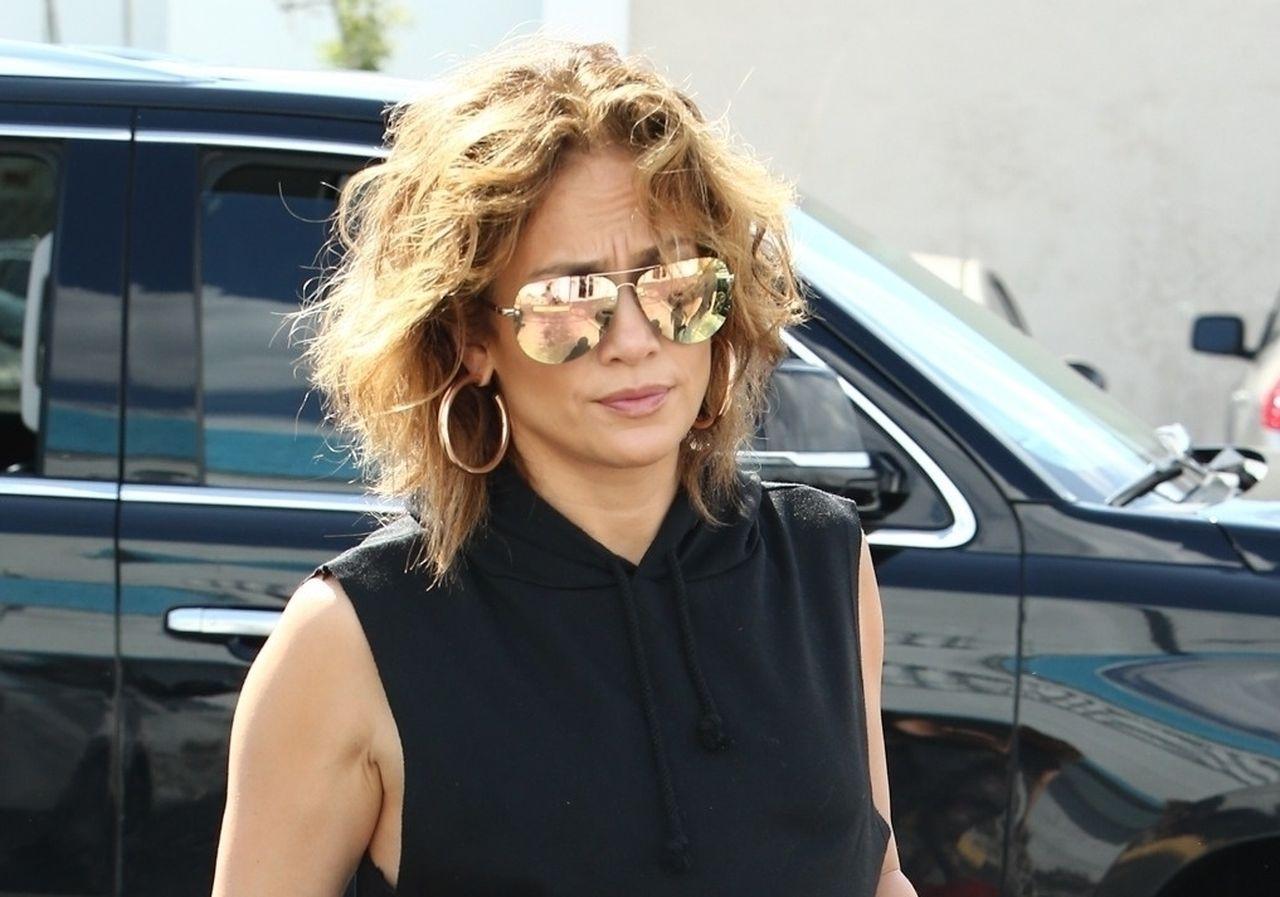 Jennifer Lopez wychodzi z siłowni.