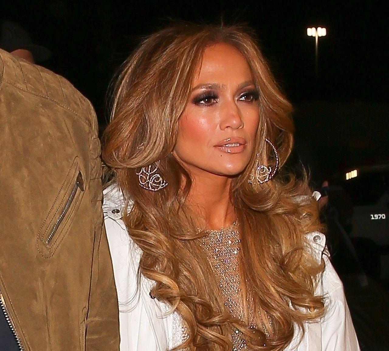 Jennifer Lopez w mocnym makijażu.