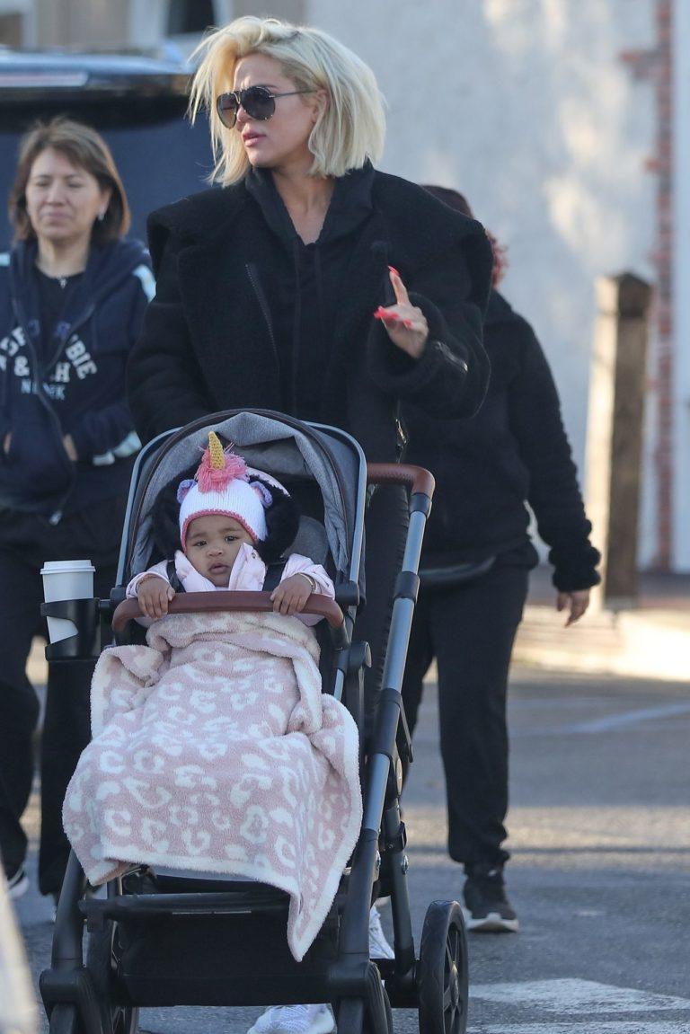 Khloe Kardashian z córką na spacerze