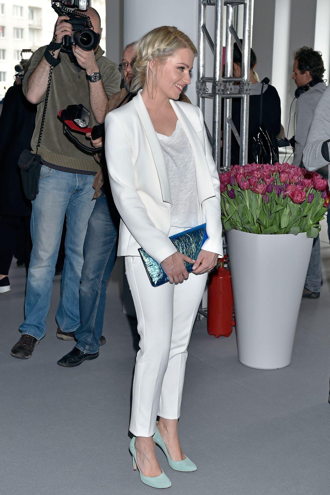 Dorota Szelągowska w białym garniturze.
