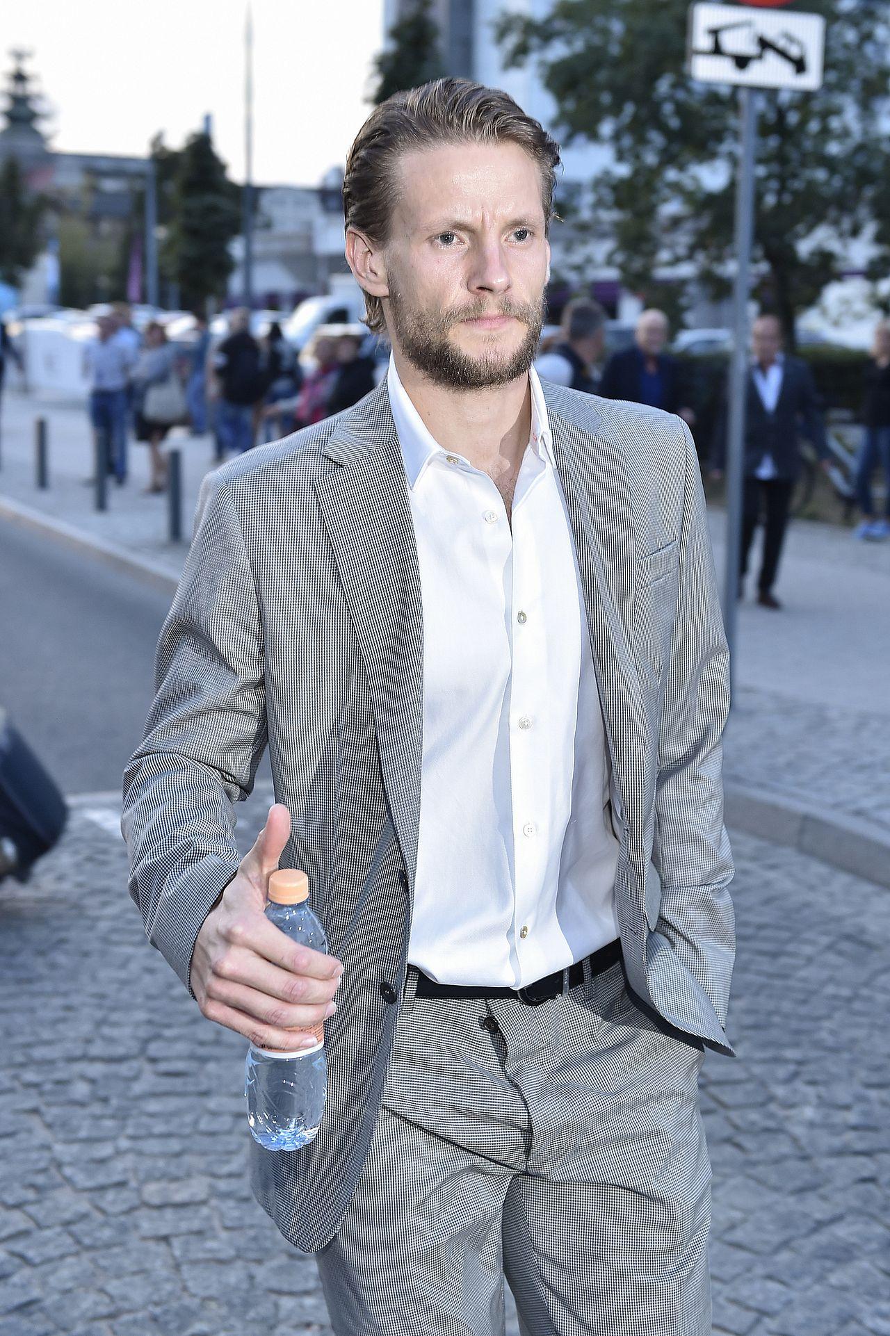 Sebastian Fabijański w eleganckim garniturze.