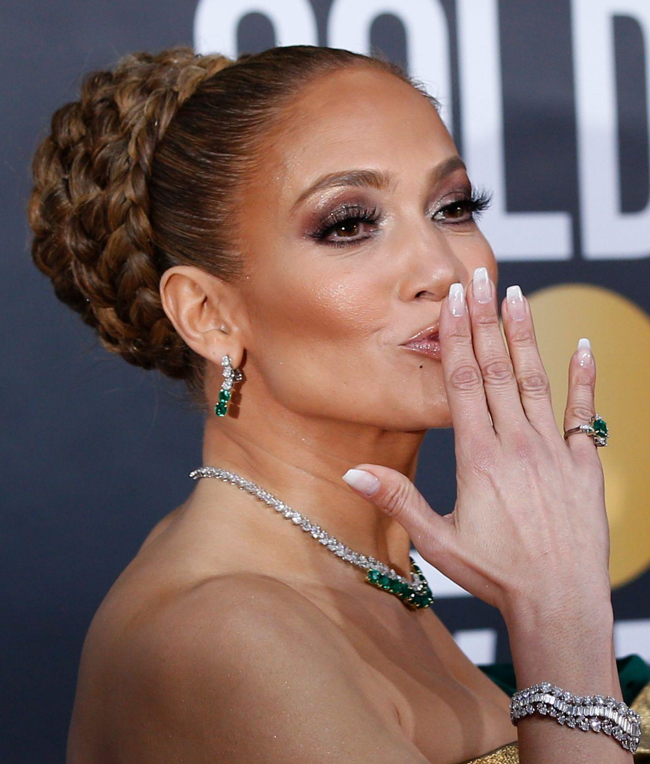 Twarz Jennifer Lopez z bliska - gwiazda prawie nie ma zmarszczek.