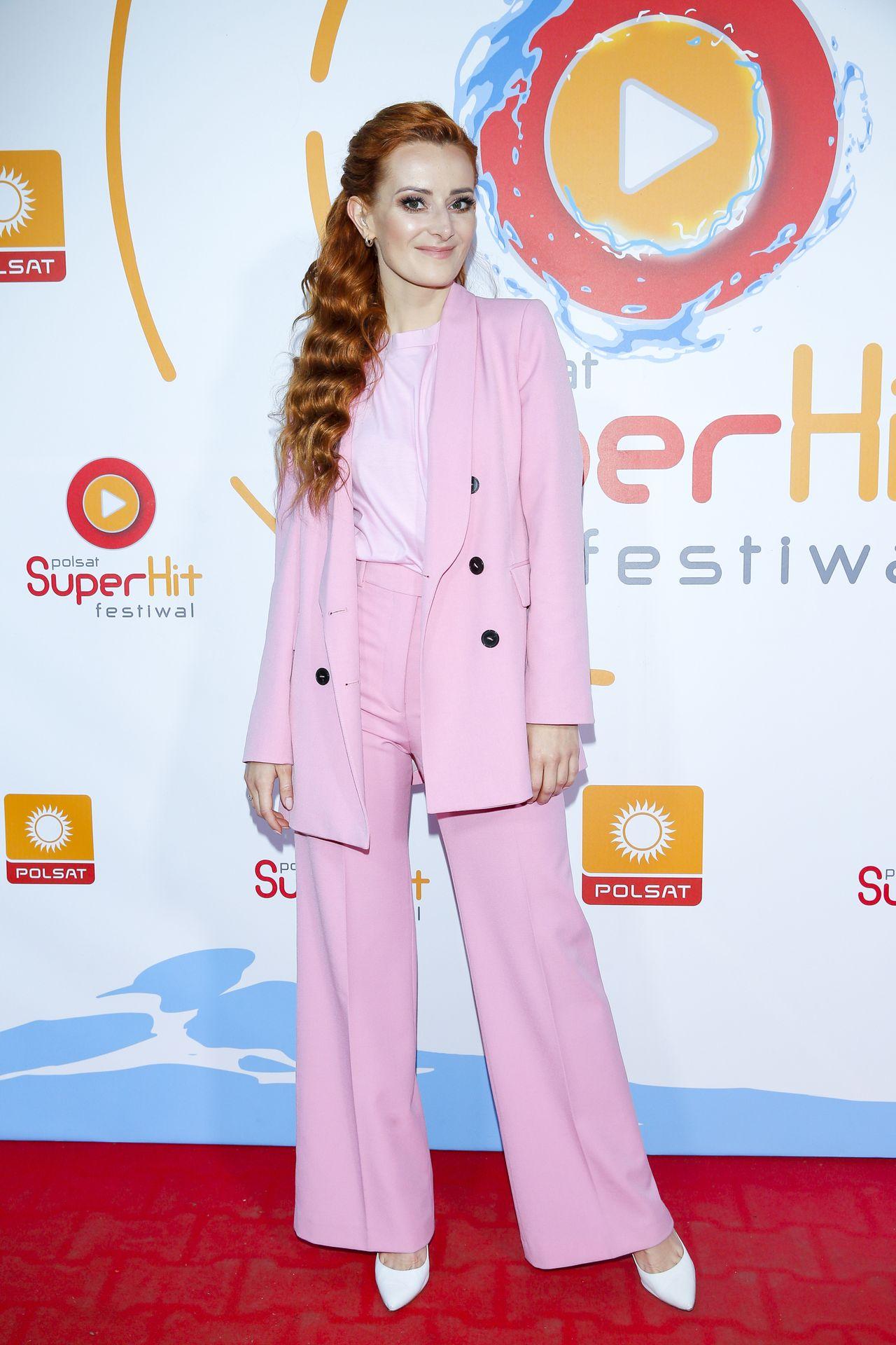 Iwona Cichosz w różowym garniturze