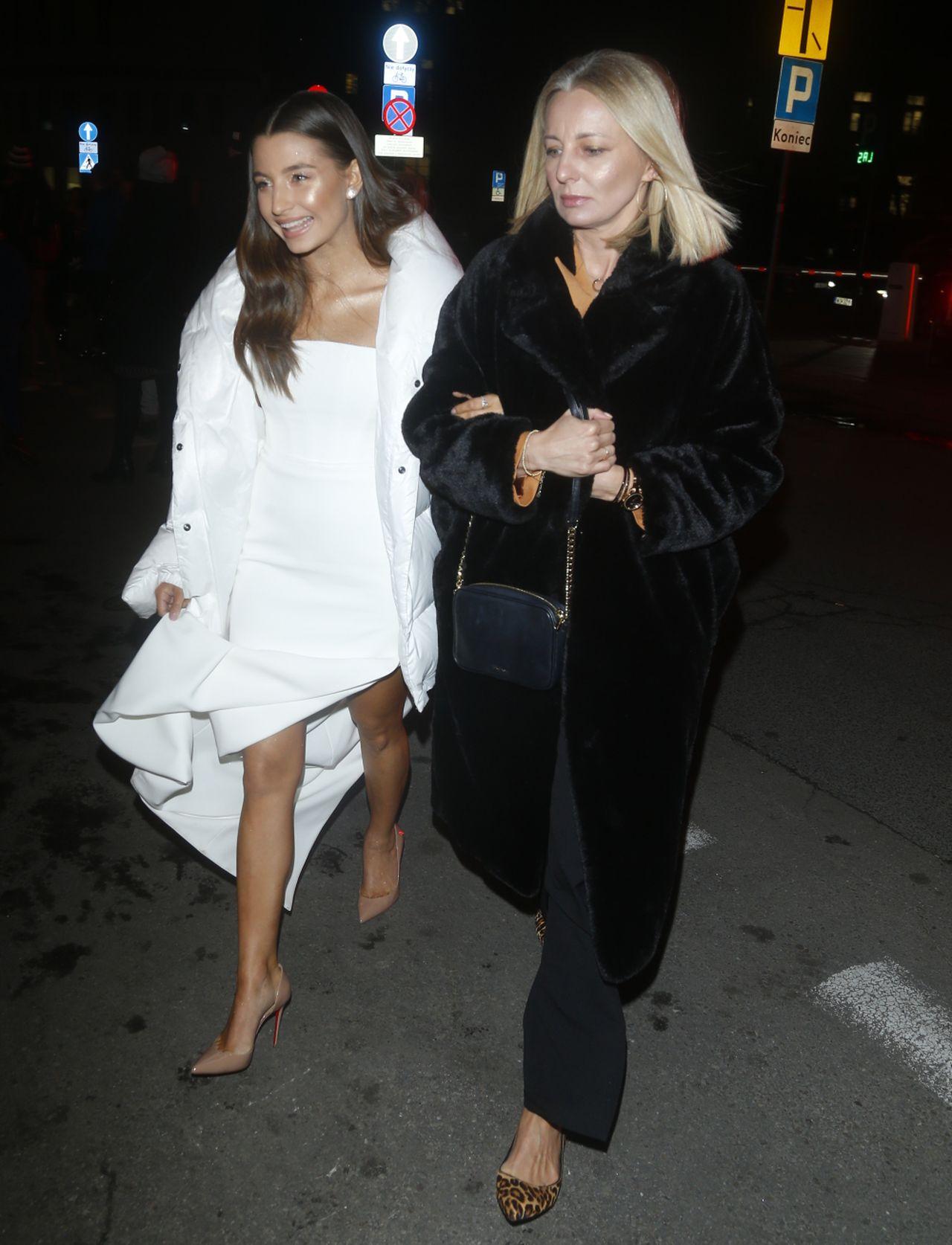 Julia Wieniawa cała na biało ze swoją mamą i menadżerką w jednym.