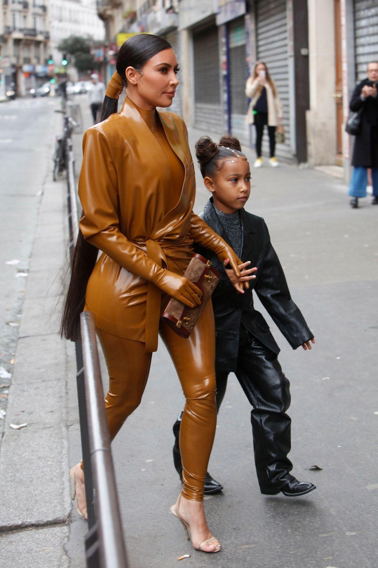 Kim Kardashian z córką na Paris Fashion Week