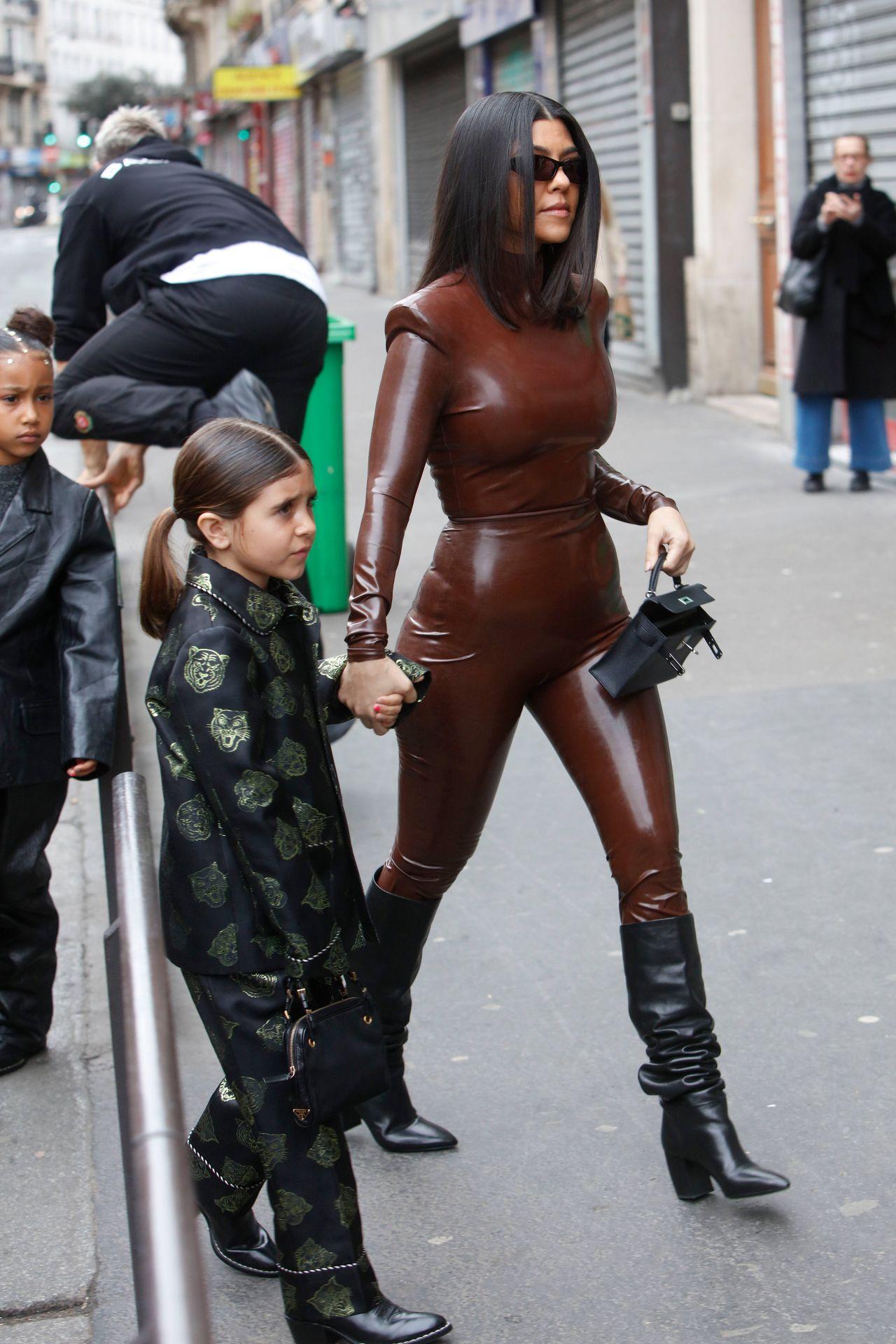 Kourtney Kardashian z córką na Paris Fashion Week