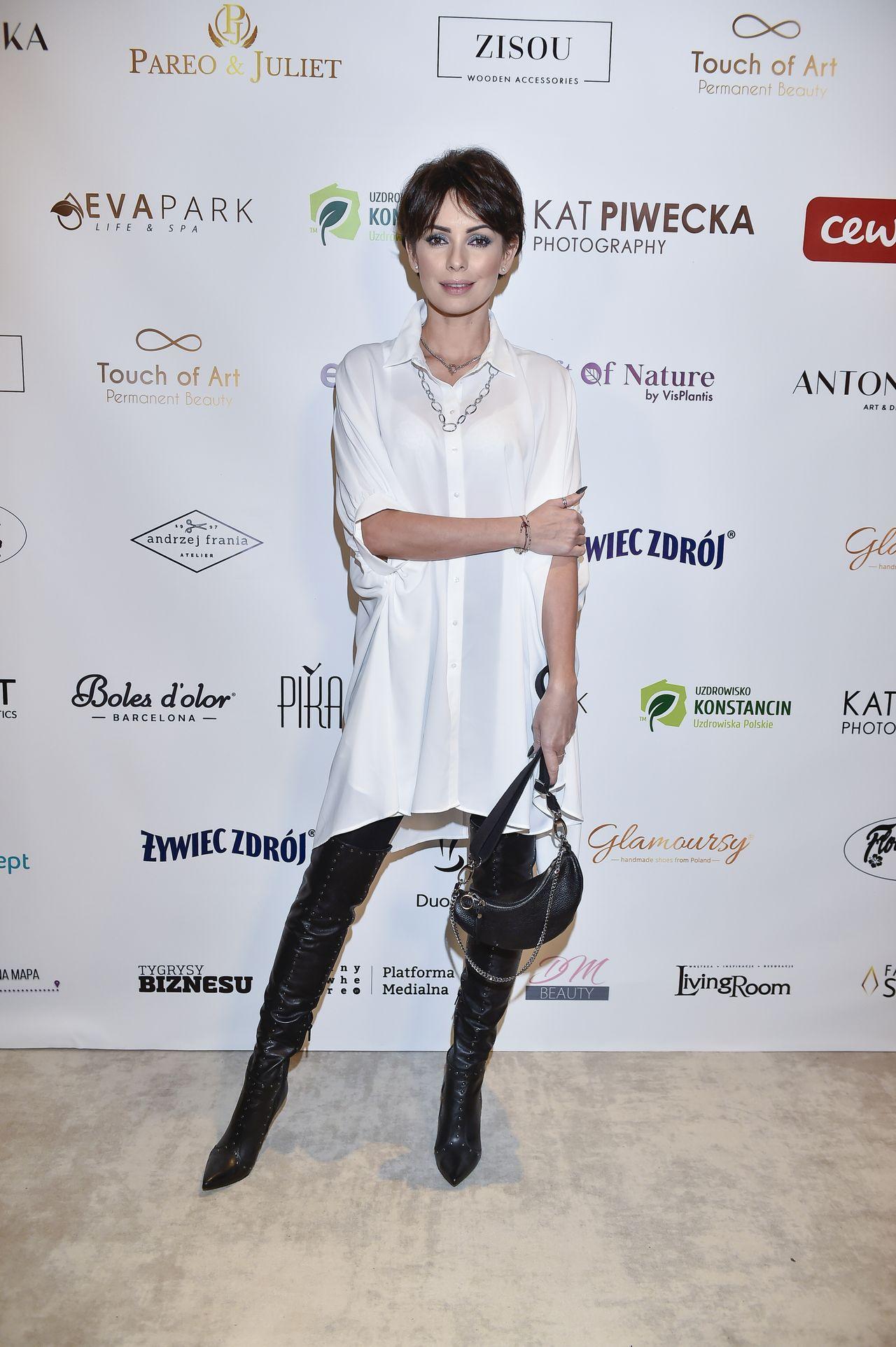 Elegancka Dorota Gardias na ściance.