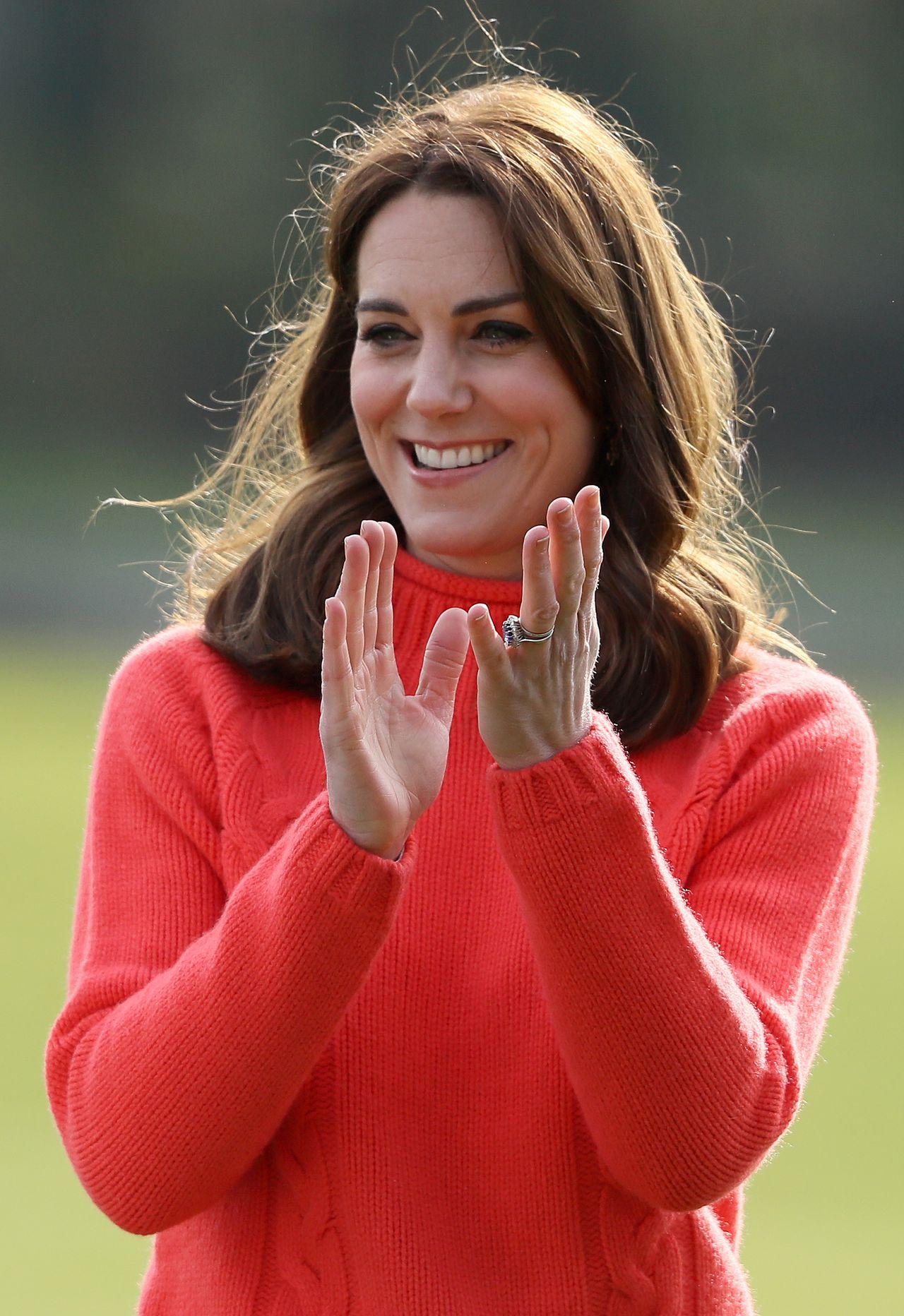 Księżna Kate w czerwonym swetrze