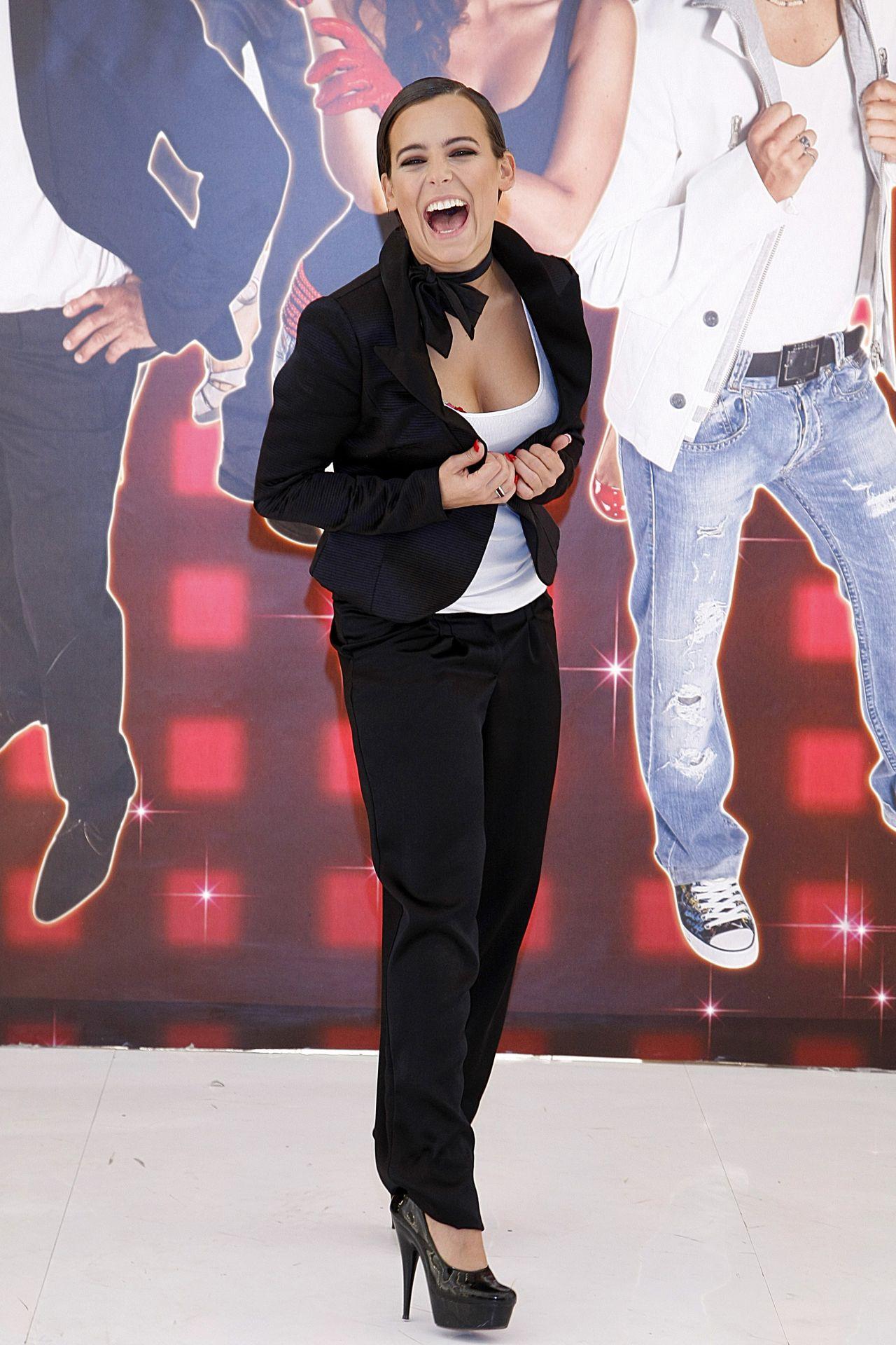 Anna Mucha w eleganckiej stylizacji na ściance.