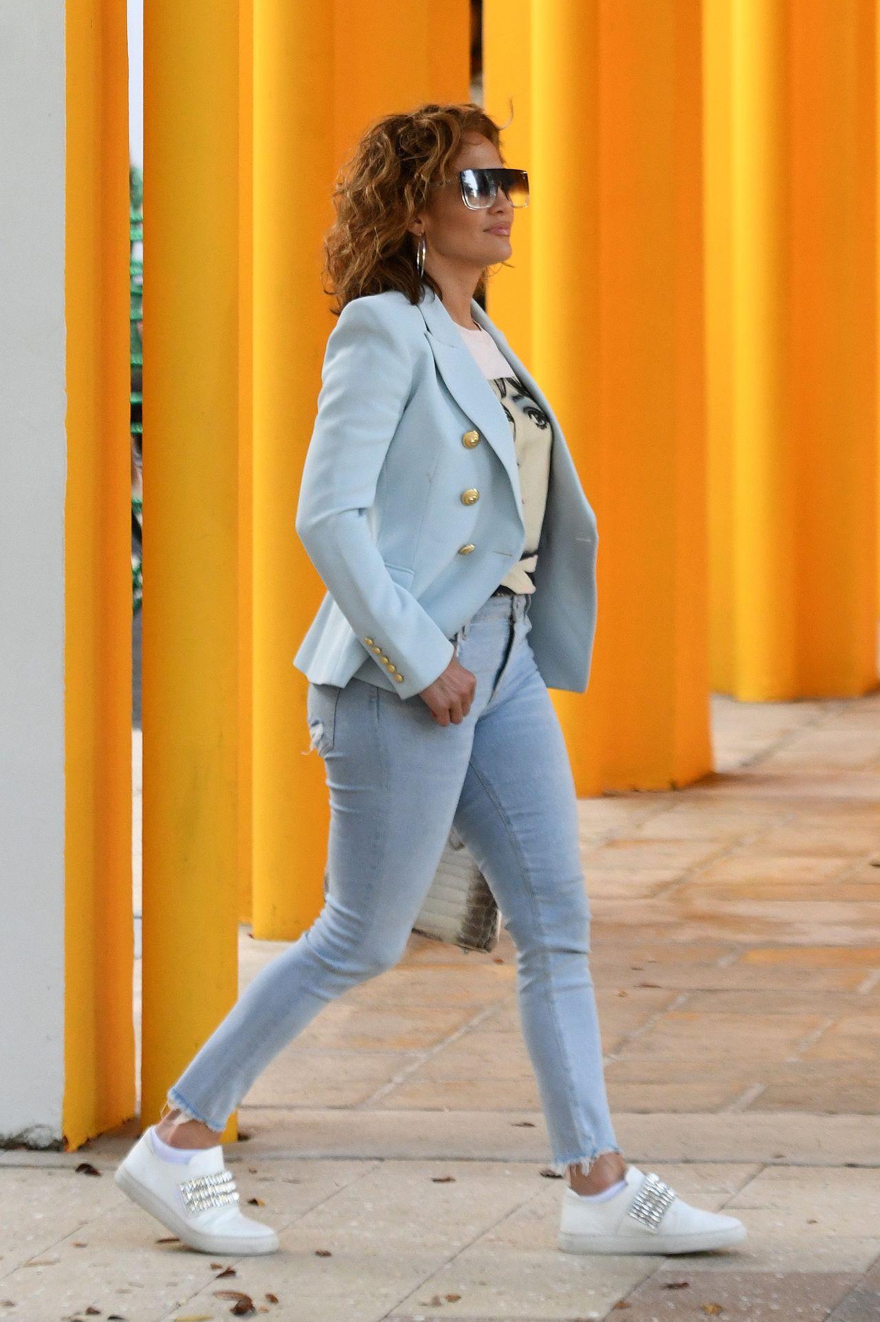 Jennifer Lopez w niebieskim żakiecie