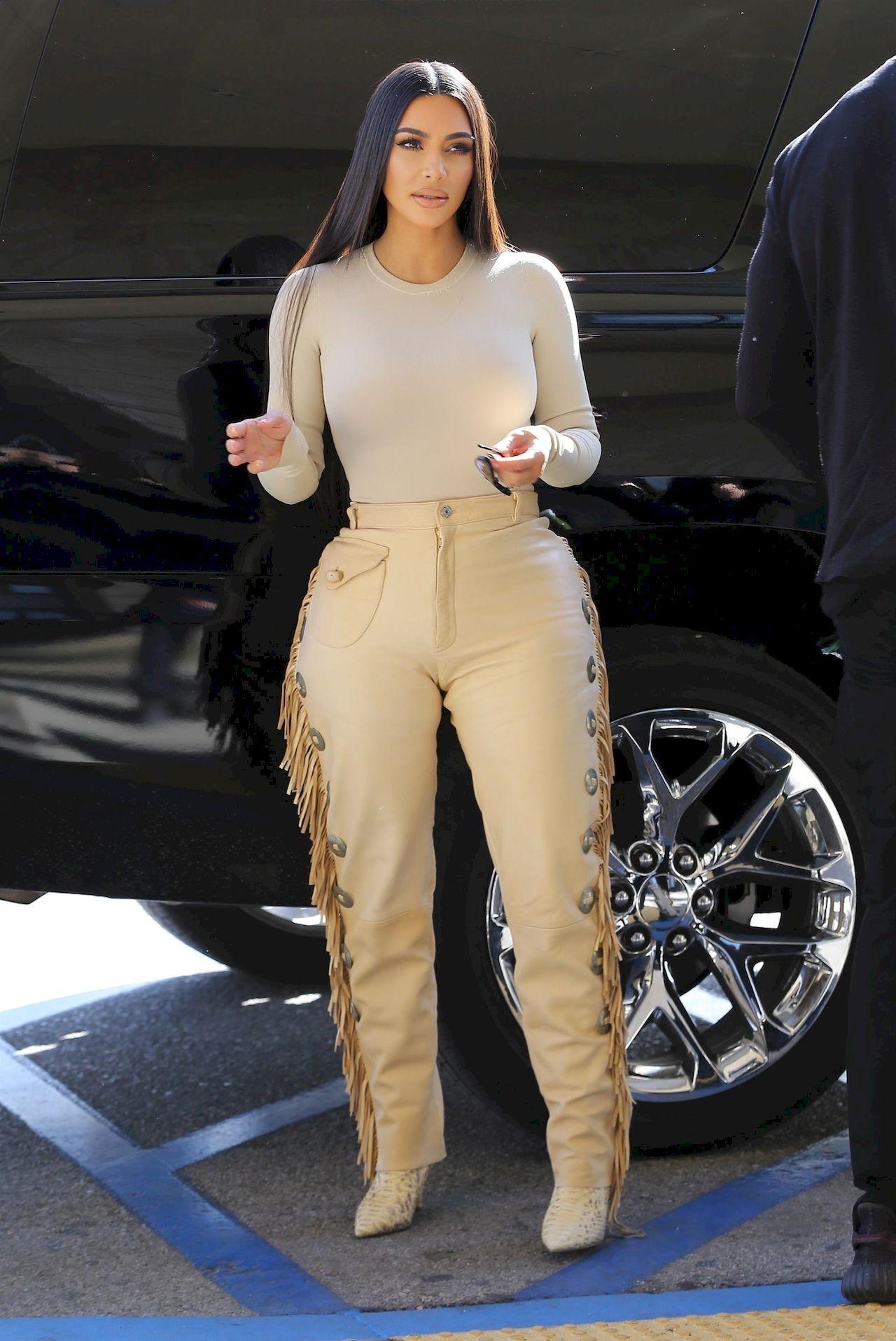 Kim Kardashian w skórzanych spodniach.
