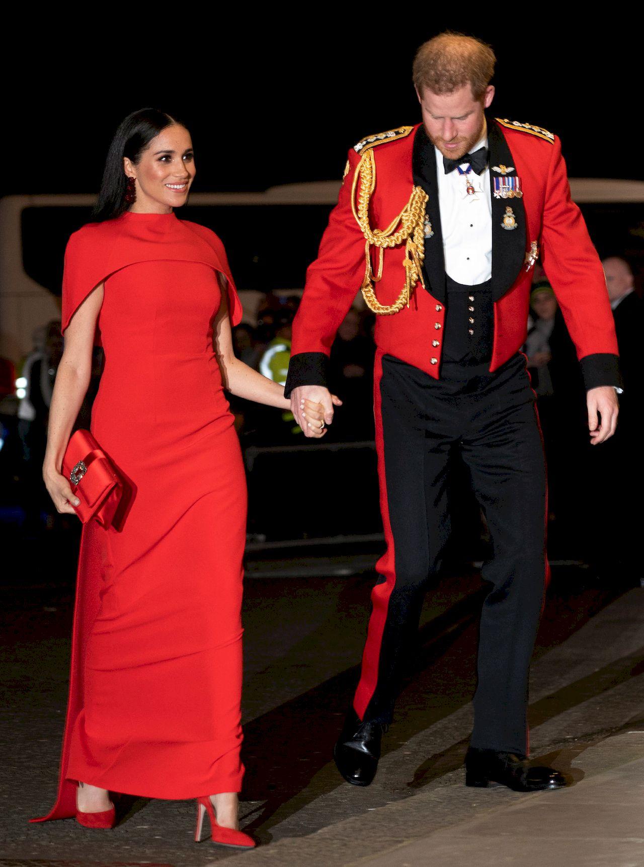 Meghan Markle i książę Harry w czerwonych strojach