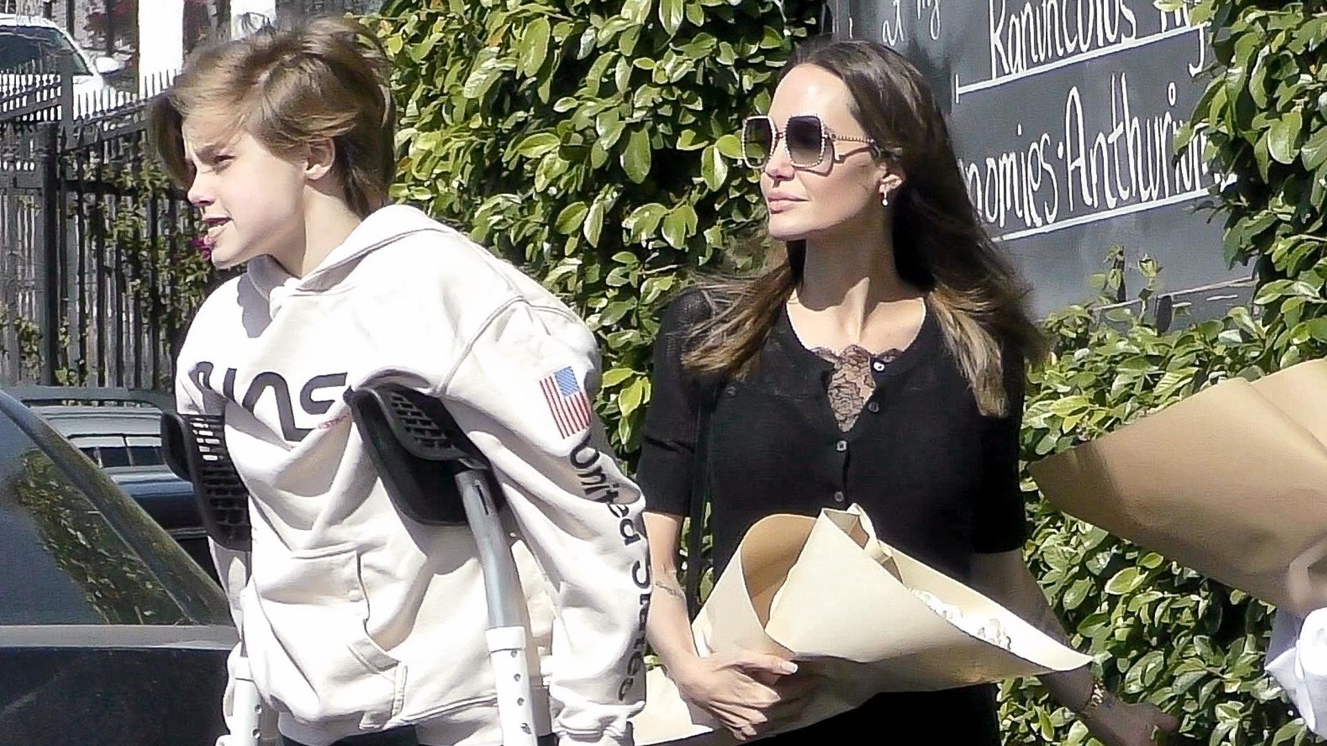 13-letnia córka Angeliny Jolie porusza się o kulach – mama zabrała Shiloh do kwiaciarni (ZDJĘCIA)