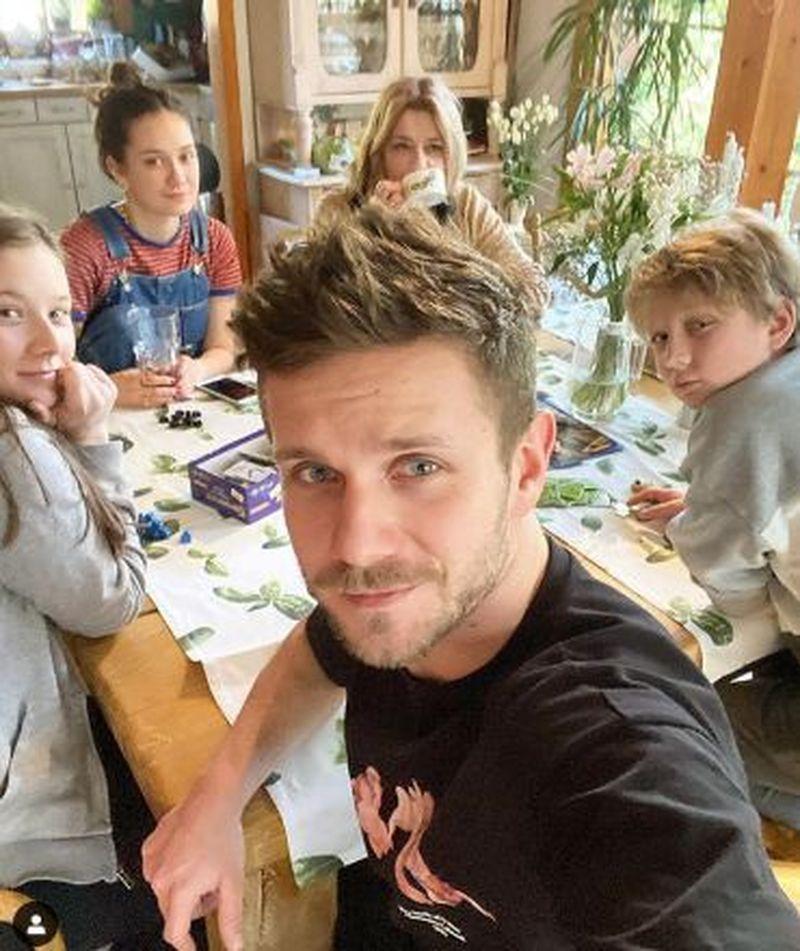Antek Królikowski spędza czas z rodziną - rodzeństwem i mamą, Małgorzatą Ostrowską Królikowską. Jest z nimi dziewczyna Antka, Kasia Dąbrowska.