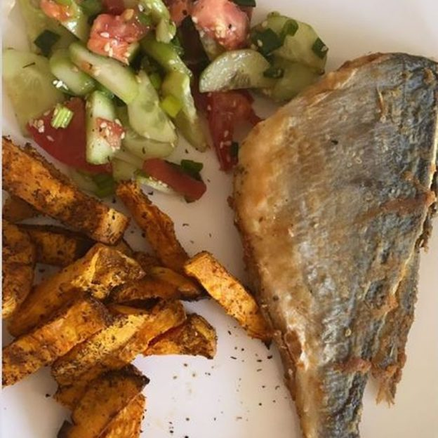 Marina Łuczenko-Szczęsna sama przygotowała rodzinie obiad - ryba, frytki i sałatka dla Szczęsnych :)