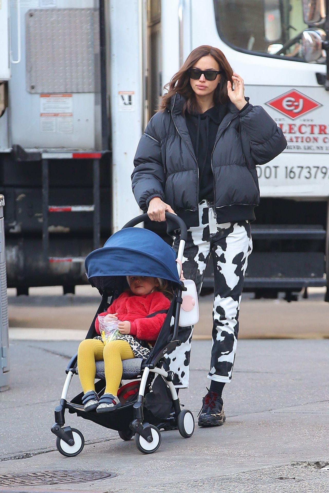 Irina Shayk w modnej stylizacji na spacerze z córką Leą