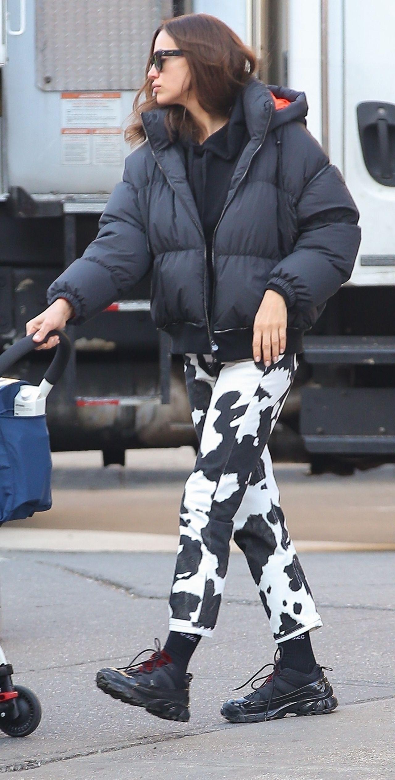 Irina Shayk w spodniach w czarno-białe łaty i kurtce puchówce