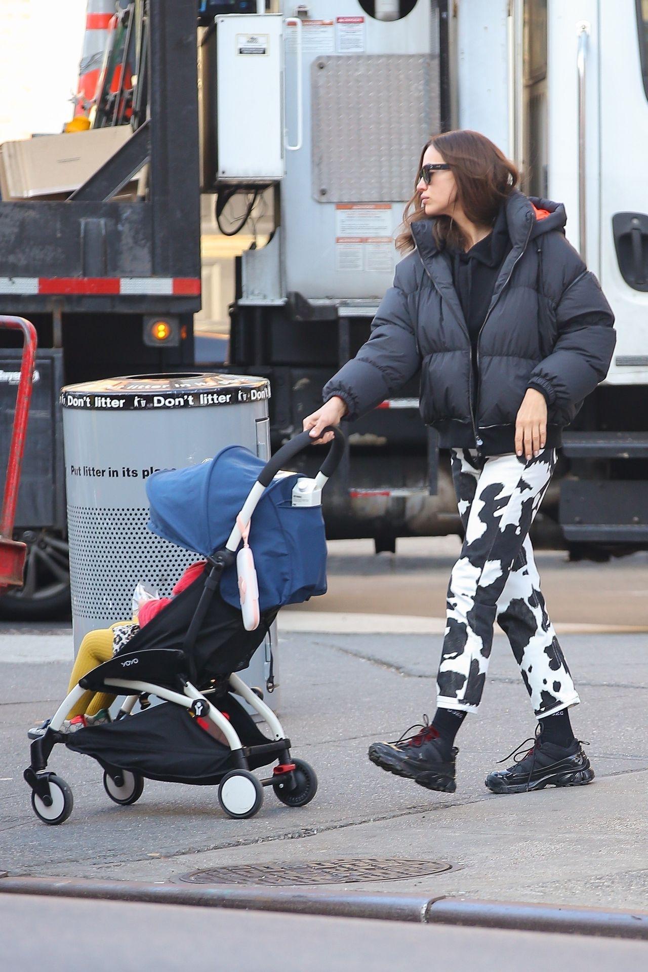 Irina Shayk  na spacerze z córką, Leą