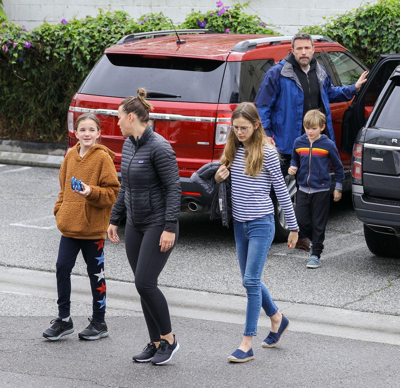 Ben Affleck spędza weekend z dziećmi - córkami Violet i Seraphiną oraz synem Samuelem