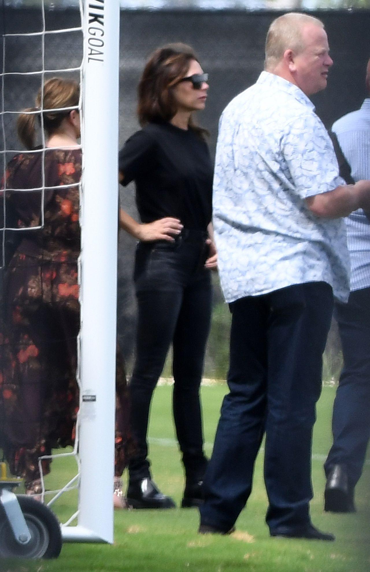 Victoria Beckham ubrana na czarno kibicuje Davidowi i synowm podczas meczu piłki nożnej