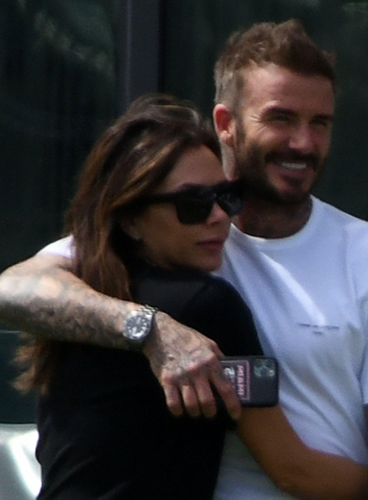 Victoria Beckham uśmiechnięta przytula męża, Davida Beckhama