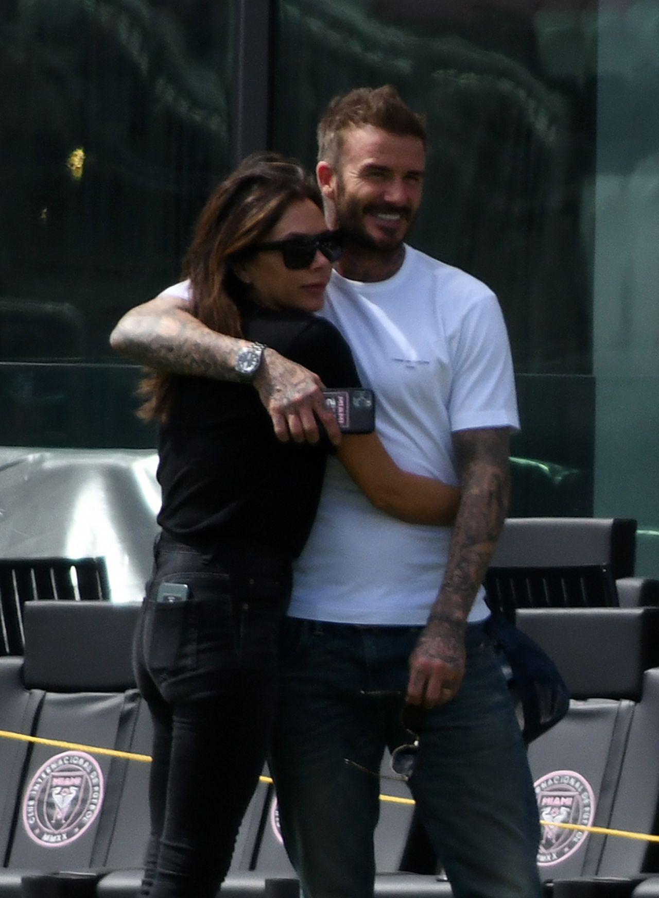 David Beckham przytula żonę, Victorię Beckham
