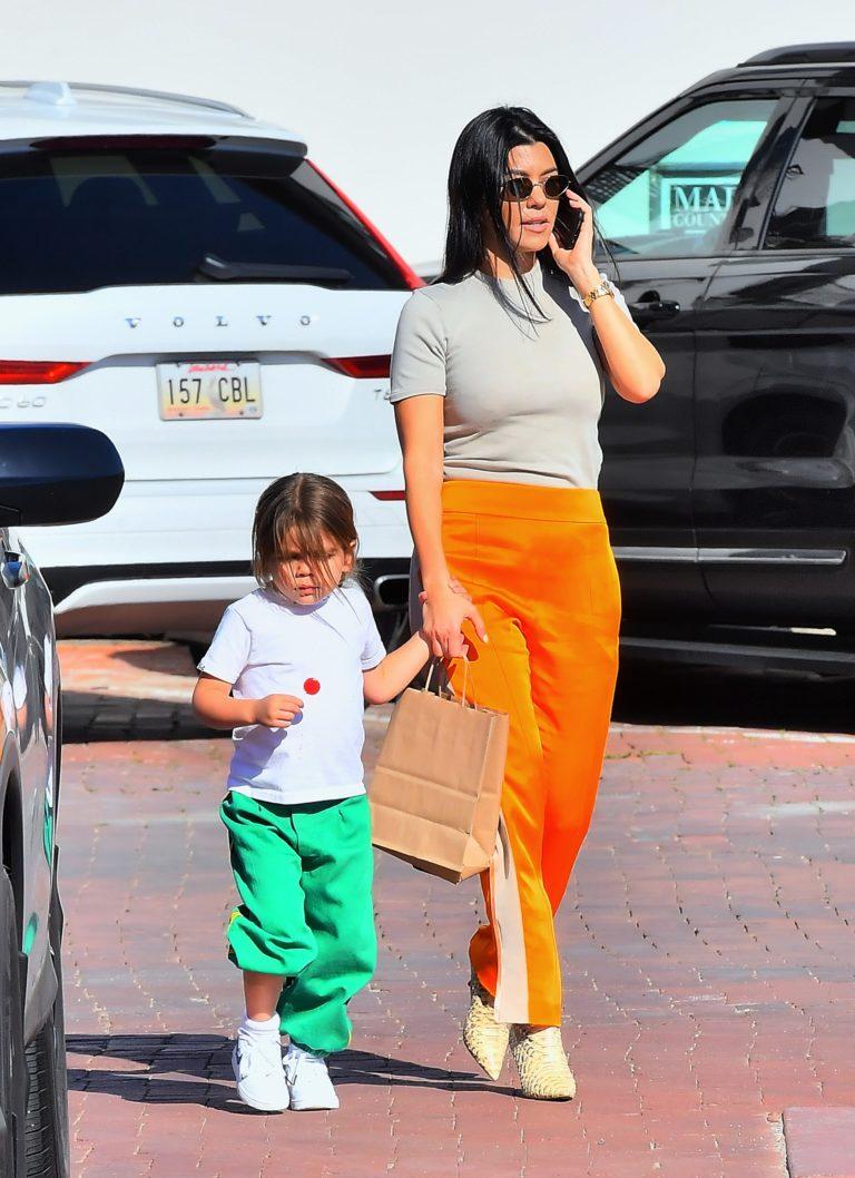Kourtney Kardashian z synem Reignem idzie na spotkanie z ojcem dziecka.