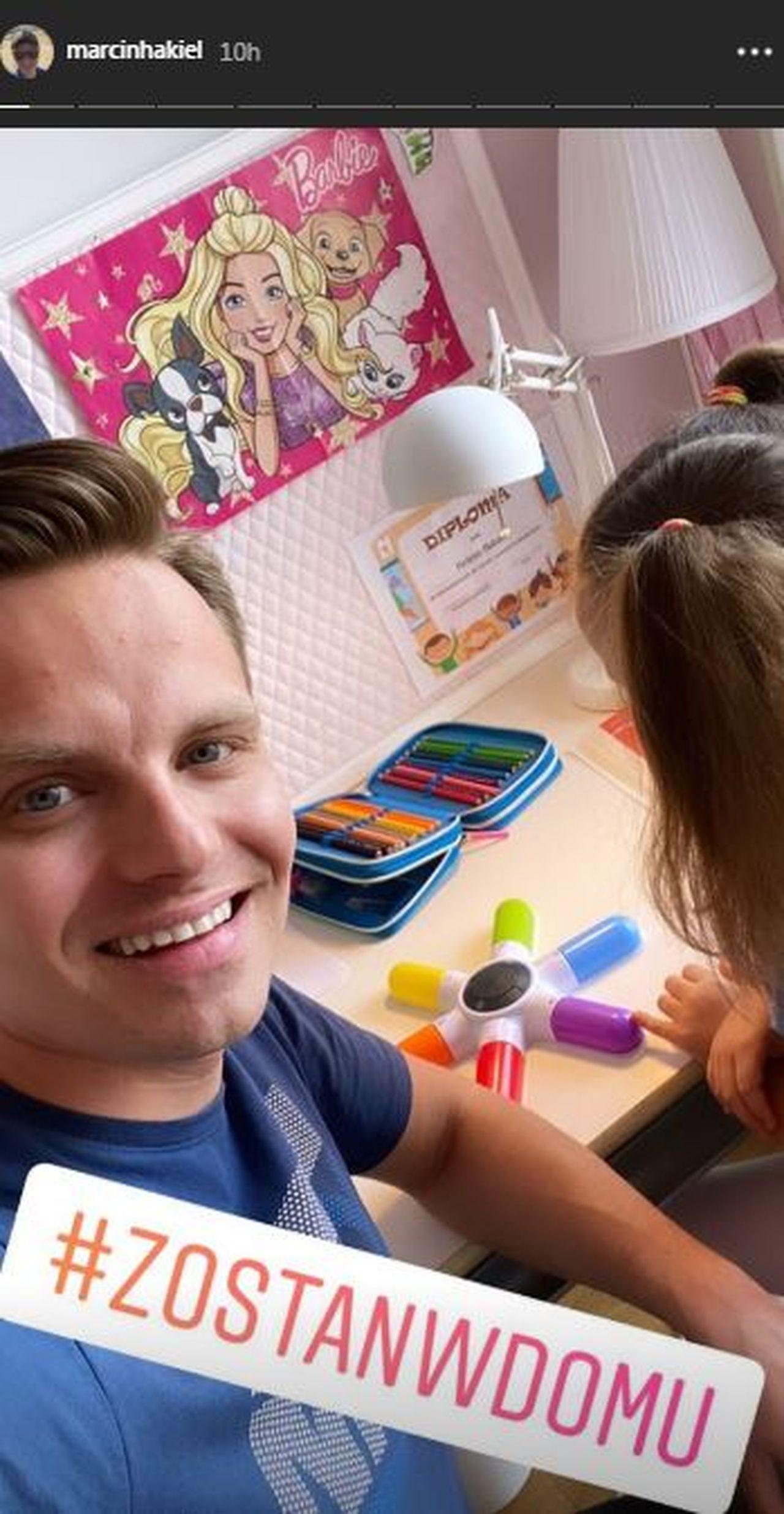 Marcin Hakiel bawi się z córką Heleną podczas epidemii koronawirusa