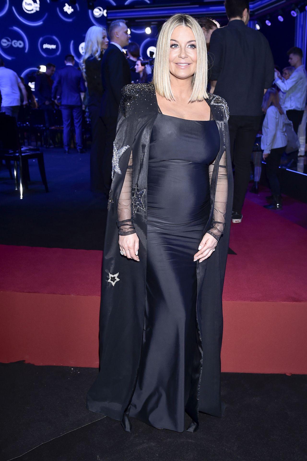 Ciężarna Małgorzata Rozenek w czarnej sukni