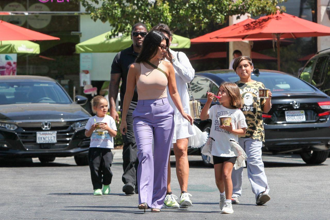 Kourtney Kardashian z dziećmi na spacerze
