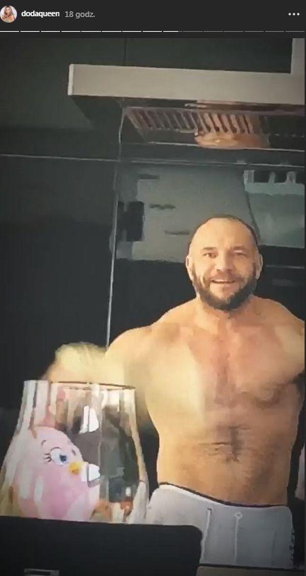 Emil Stepień, mąż Dody, topless w kuchni