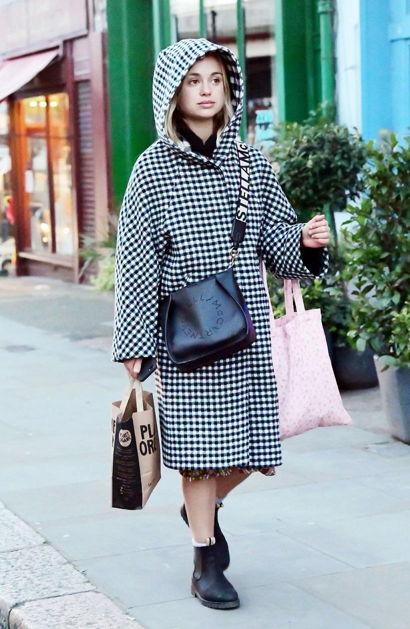 Lady Amelia Windsor wychodzi ze sklepu z organiczną żywnością.