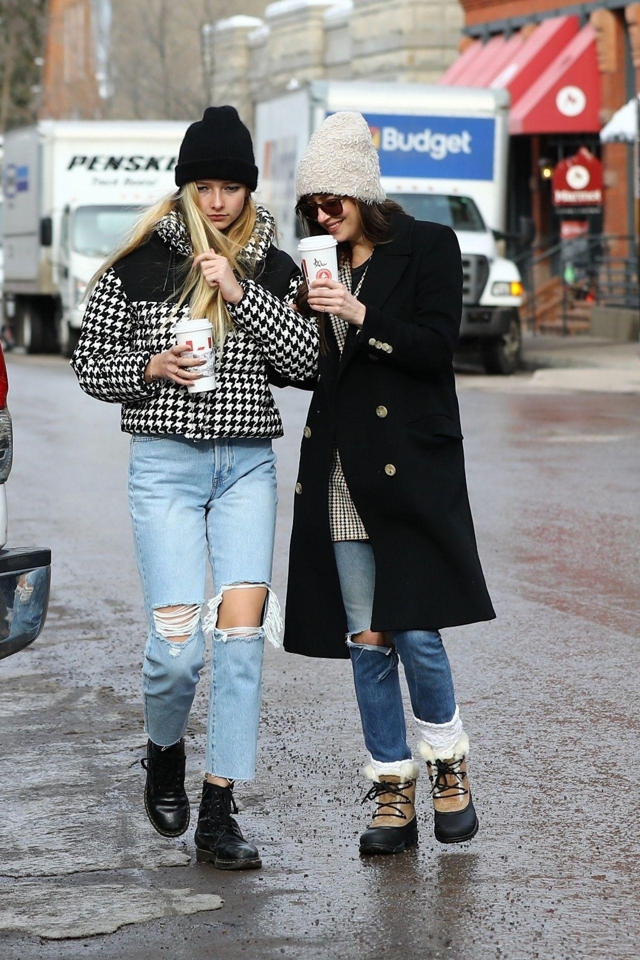 Uśmiechnięta Dakota Johnson na spacerze w alpach z córką Chrisa Milesa.