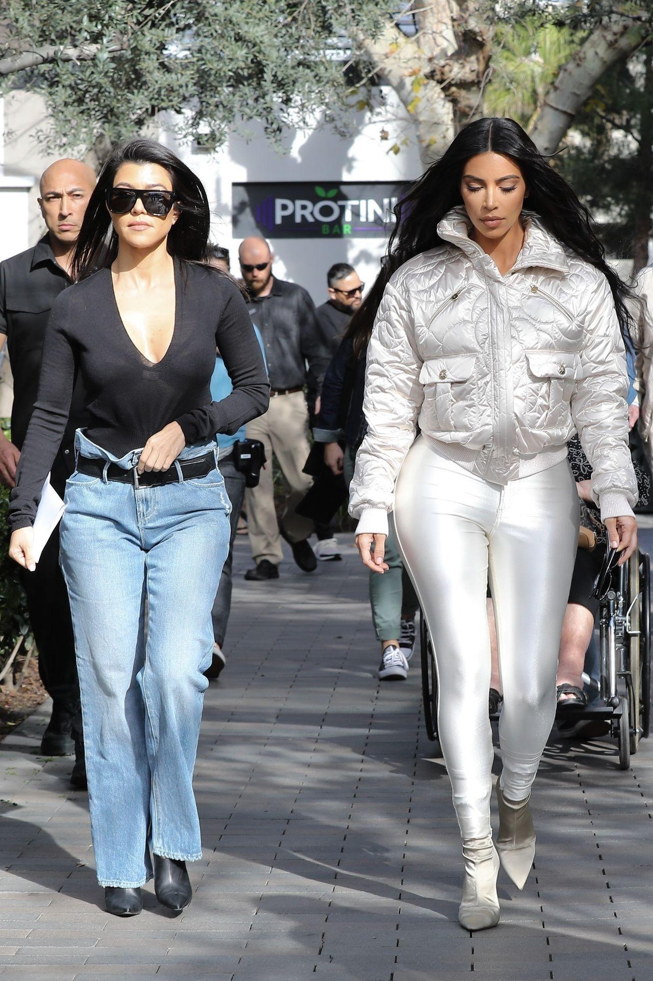 Kourtney Kardashian i Kim Kardashain poszły na wspólny spacer po Calabasas.
