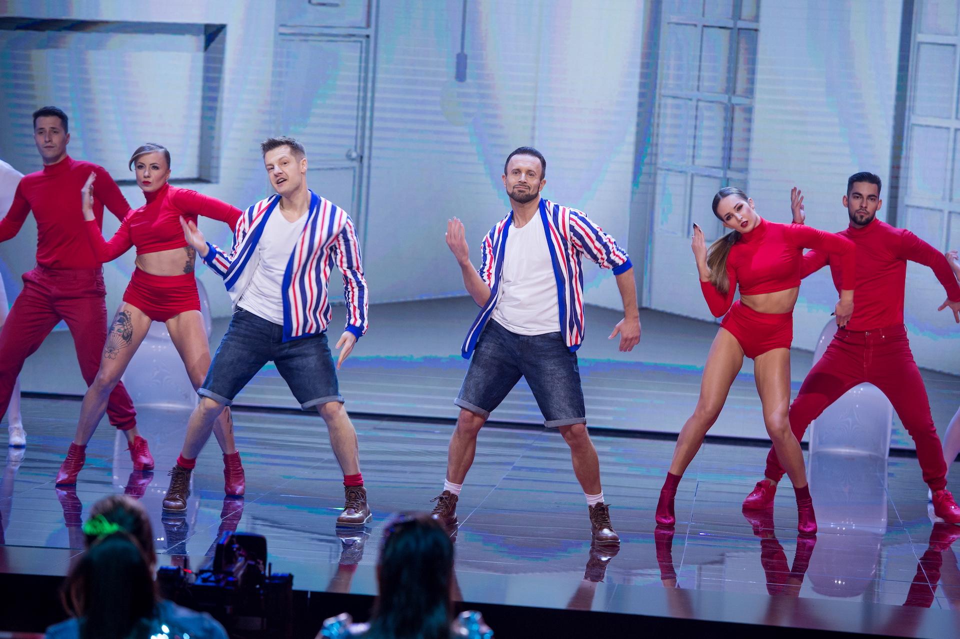 """Uczestnicy i jurorzy """"Dance Dance Dance"""" na scenie"""