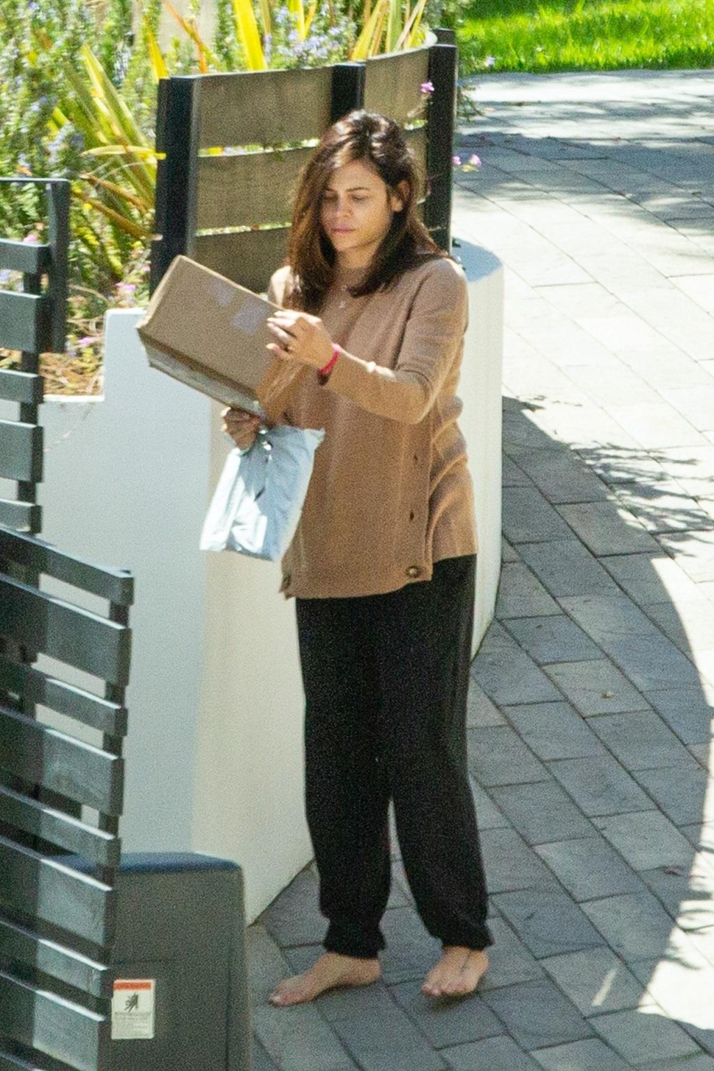 Jenna Dewan w domowych ciuchach spaceruje bez butów.