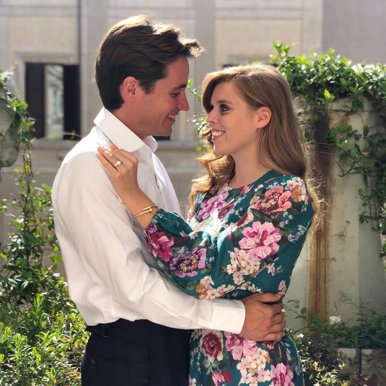 Księżniczka Beatrice i Eduardo Mapelli Mozzi pozują w królewskim ogrodzie.
