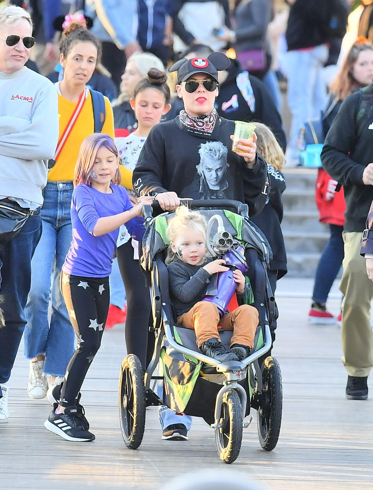 Pink z dziećmi w Disneylandzie.