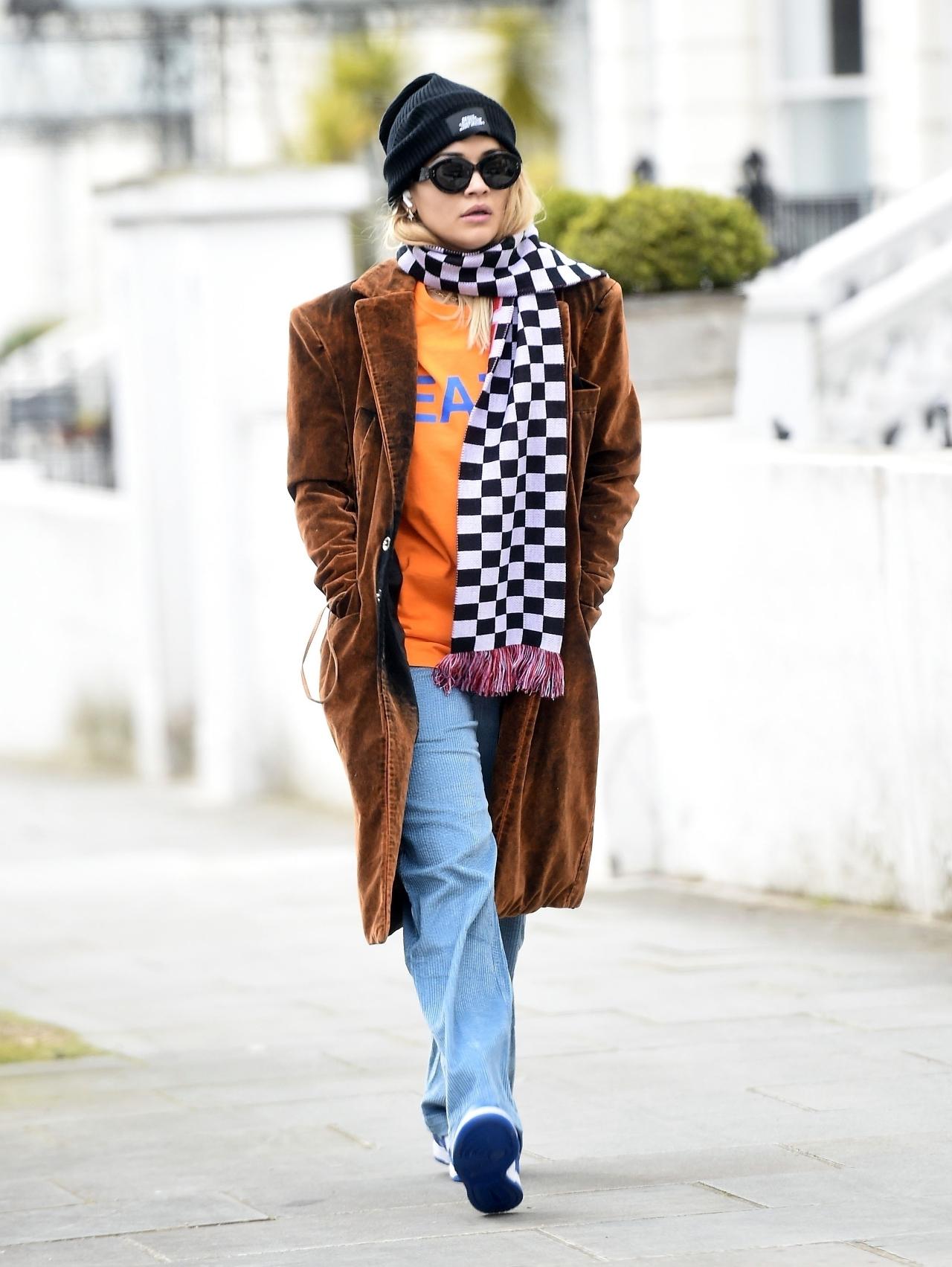 Kolorowa Rita Ora spaceruje po Londynie.