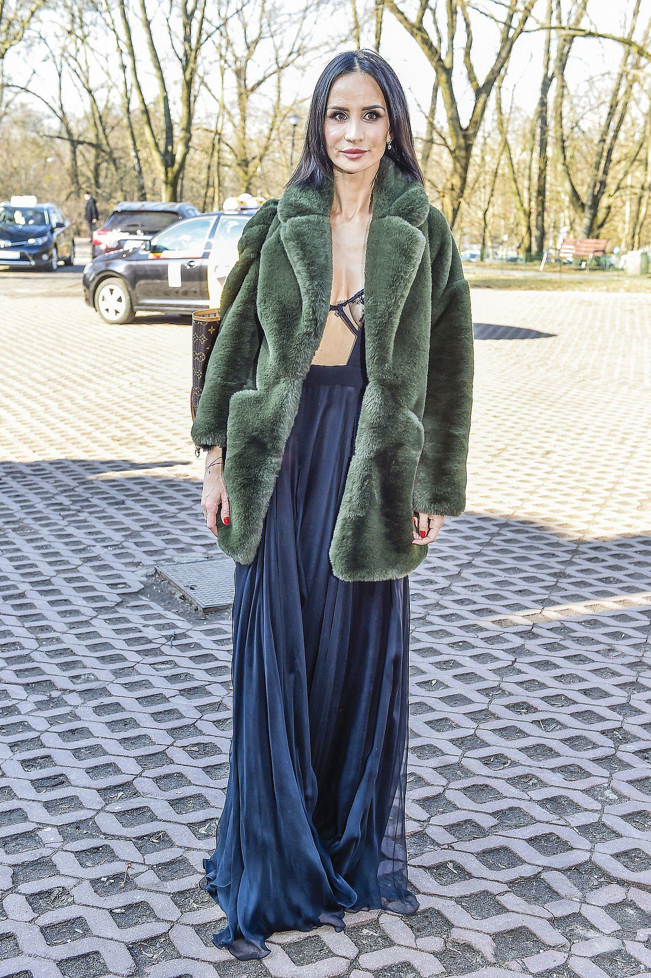 Viola Kołakowska w zielonym futrze i wieczorowej sukni.